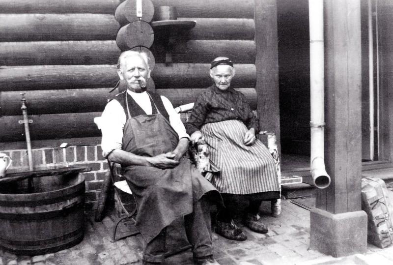 Zwei Bewohner vor Alexandrowka Siedlungshaus