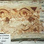 Kamme 1.1.4, oberer Abschluss der Südwand, Fassung II, rotes Schablonenband (siehe auch rechtes Bild)