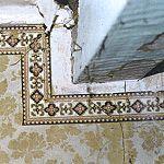 Dachkammer, Fasssung II, Tapete mit Blumenmuster und Bordüre, Südwand, ebenfalls um 1894