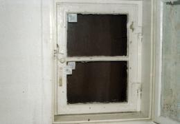 EG, Fenster in der Kammer-Westwand (1.1.4), das Fenster weist noch die originalen Winkelbänder und Stützkloben auf, der Vorreiber ist nicht bauzeitlich