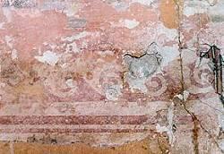 Flur, freigelegte Fragmente eines Rankenfrieses der Fassung V im oberen Wandbereich