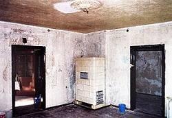 Großer Raum zur Straße, freigelegte Reste der dekorativen Wandfassung VI in Hellblau