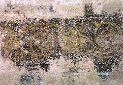 Großer Raum zur Straße, freigelegte Reste der Fassung VI über der Eingangstür, Ornamentfries, oberer Abschluss der Wanddekoration