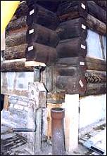 Rund-Bohlen verkleidete Fassade