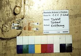 EG, Südtür vom Flur zur Küche (1.1.5), Gratleistentür, bauzeitlich, Erstfassung und Fassungsfolge entsprechen der Eingangstür, schwarze Absetzungen in der Nähe der Türklinke