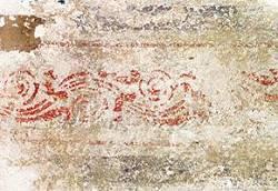 Kleiner Raum zur Straße, freigelegte Wanddekoration aus Fassung V, Ornamentfries als oberer Abschluss der Wanddekoration, befeuchtet